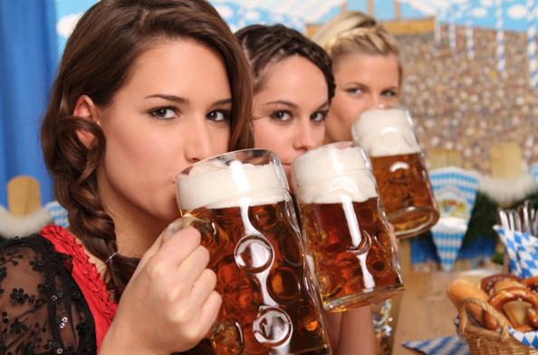 Thời đại này mà, phụ nữ uống bia là chuyện bình thường!