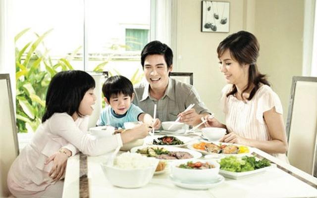 Bữa cơm gia đình ấm cúng với thực đơn đa dạng cùng bộ chén dĩa thủy tinh cao cấp