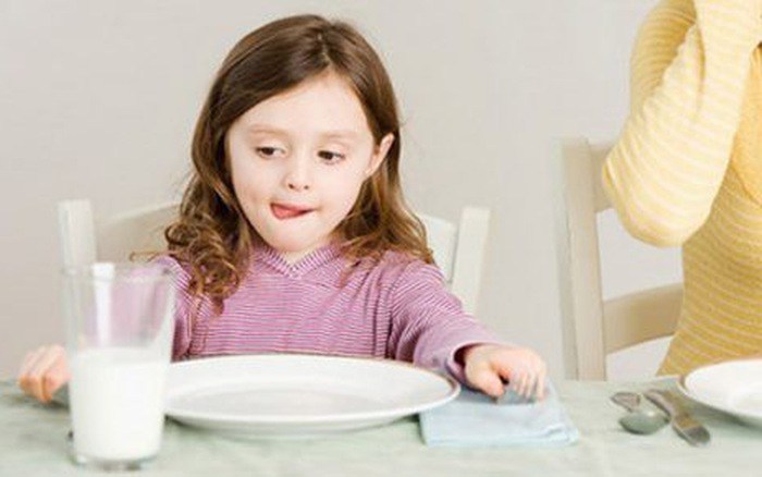 Tập cho bé thói quen tự uống sữa vào mỗi ngày, tại sao không?