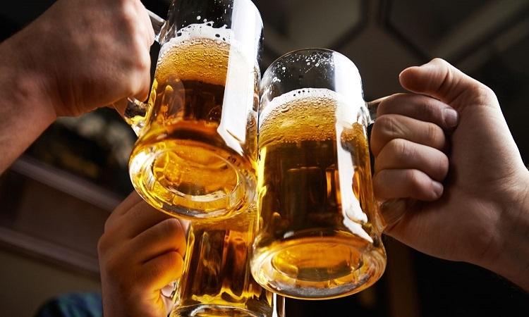 Uống bia bằng ly cỡ lớn sẽ lâu say hơn
