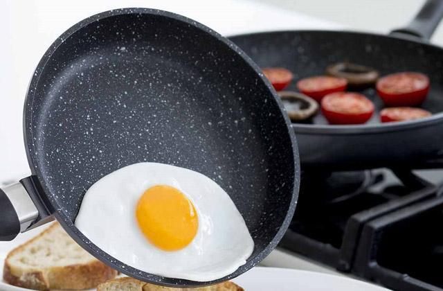 """Chiên trứng cùng tỏi nên chú ý để không bị """"cháy"""" nguy hiểm sức khỏe"""